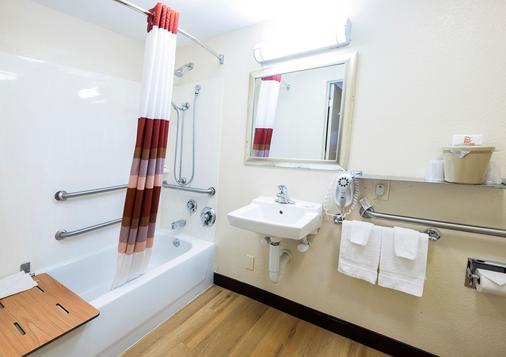 希尔顿黑德岛红屋顶旅馆 - Hilton Head Island - 浴室