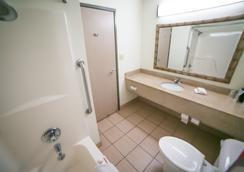 埃文斯维尔红屋顶客栈 - 埃文斯维尔 - 浴室