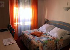 商务酒店 - 莱萨布勒-多洛讷 - 睡房