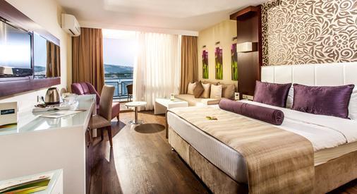 图尚海滩度假酒店 - Kusadasi - 睡房