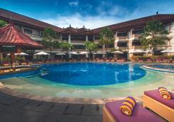 库塔大英娜酒店 - 库塔 - 游泳池