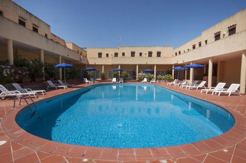 拉科尼亚村蓝光酒店 - 阿尔扎凯纳 - 游泳池