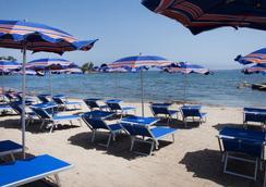 拉科尼亚村蓝光酒店 - 阿尔扎凯纳 - 海滩