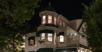 海港镇东酒店 - 布斯贝港 - 建筑