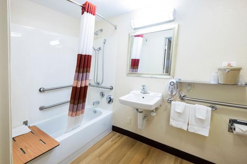 底特律红屋顶酒店 - 沃伦 - 沃伦 - 浴室
