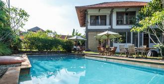 RedDoorz Hostel near Garuda Wisnu Kencana 2 - South Kuta - 游泳池