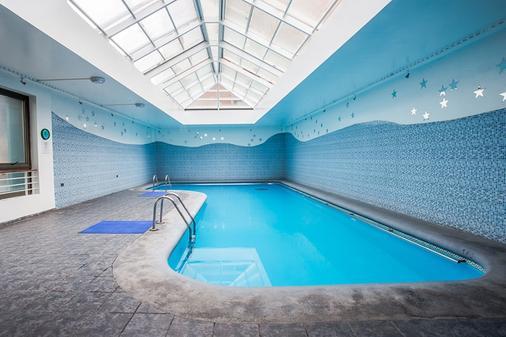 聂鲁达公寓式酒店 - 圣地亚哥 - 游泳池