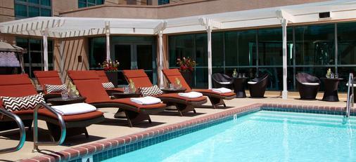 洛杉矶机场万丽酒店 - 洛杉矶 - 游泳池