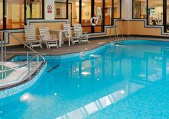 埃文河畔斯特拉特福皇冠假日酒店 - 斯特拉特福 - 游泳池