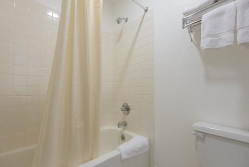 韦恩堡红屋顶酒店 - 韦恩堡 - 浴室