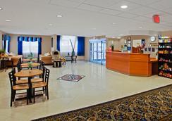 金斯兰温德姆麦克罗特客栈及套房酒店 - Kingsland - 大厅