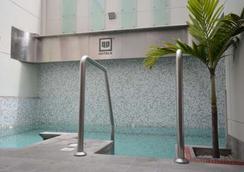 利马优质酒店 - 利马 - 游泳池