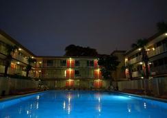 罗德岱堡机场红地毯酒店 - 劳德代尔堡 - 游泳池