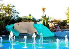 巴厘曼迪拉度假村 - 库塔 - 游泳池