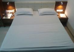 Hotel Chatako - 艾哈迈达巴德 - 睡房