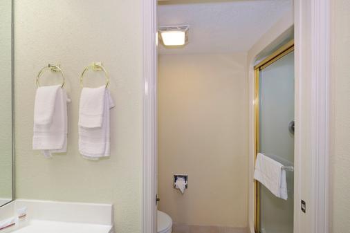 彭萨科拉展览中心红屋顶汽车旅馆 - 彭萨科拉 - 浴室