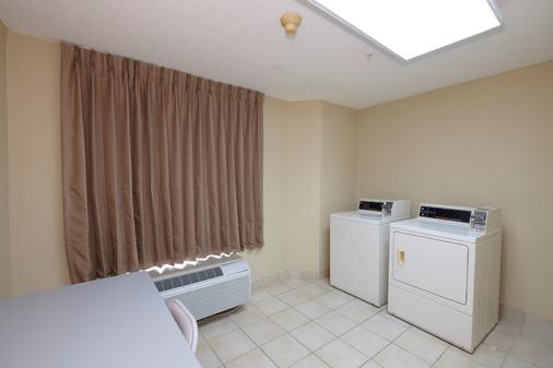 彭萨科拉展览中心红屋顶汽车旅馆 - 彭萨科拉 - 洗衣设备